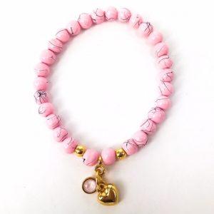 Valentijns armbandje met roze kralen en swarovski enhartje goud