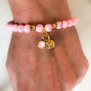Valentijns armbandje roze kralen en swarovski en hartje goud