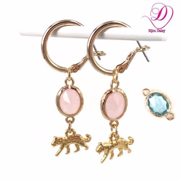 Oorbellen met panter en blauwe of roze kristal hanger goud